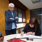 Cristina Narbona, exministra de Medio Ambiente, firmando en el libro de Honor del Grupo Multimedia de Comunicación La Cerca junto al director del mismo, Manuel Lozano Serna
