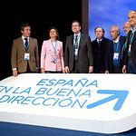 """Posado de dirigentes populares frente al lema """"España en la buena dirección"""". Foto: PP"""