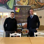 David Jiménez Sánchez (i), junto a Antonio Martínez Iniesta, miembro de la Academia de Gastronomía de CLM.