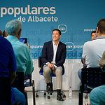 Carlos Velázqez mantiene un encuentro con militantes en Albacete