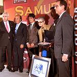 Dolores Domecq y su marido Tomás León recogian el Premio Samueles 2009 al Toro Más Bravo por su toro 'Jarocho'.