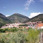 Vista de Bogarra. La localidad se encuentra entre los picos Padrastro (al fondo y centro de la imagen) y el Picayo.