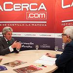 Leandro Esteban, consejero de Presidencia y Administraciones Públicas y portavoz del Gobierno de Castilla-la Mancha, junto a Manuel Lozano, director del Grupo Multimedia de Comunicación La Cerca, durante la entrevista.