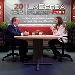 Juan Alfonso Ruiz Molina, consejero de Hacienda y Administraciones Públicas de la Junta de Comunidades de Castilla-La Mancha, junto a la periodista Carmen García. Foto: Manuel Lozano García / La Cerca