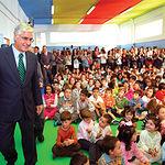 El presidente de Castilla-La Mancha, José María Barreda, durante la visita al colegio público Virgen de la Estrella de Agudo (C. Real), este 9 de octubre.