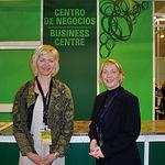 Unas islandesas, en labores comerciales en España Original, posan en el Centro de Negocios ubicado en la Feria.