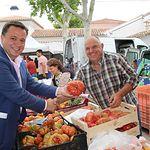 Manuel Serrano visita el Mercado de Los Invasores.