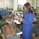 Trabajadora en una fábrica de calzado en Almansa (Albacete).
