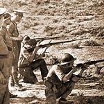 Brigadistas haciendo prácticas de tiro, junto a la mirada de sus superiores.
