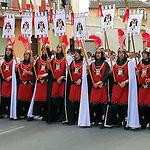 En las Fiestas de Moros y Cristianos de Almansa los desfiles están cargados de música y color.