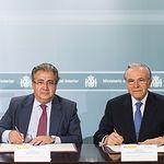 """El ministro del Interior, Juan Ignacio Zoido, y el presidente de la Fundación Bancaria """"la Caixa"""", Isidro Fainé, en el momento de la firma"""