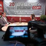 Blas González Montero, portavoz de la Plataforma por un Hospital Público Digno en Albacete, junto a la periodista Miriam Martínez