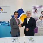 Francisco Delgado, presidente de la Asociación de Esclerosis Múltiple de Albacete, y Pepe Belda, director gerente de Aguas de Albacete.