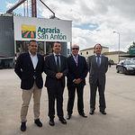 Visita del consejero de Agricultura, Medio Ambiente y Desarrollo Rural, Francisco Martínez Arroyo, a las instalaciones de Agraria San Antón en Albacete. En la fotografía junto a Samuel Flores, presidente de la misma.