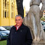 Manuel Amador, junto a la efigie de Chicuelo II, en la plaza de toros de Albacete.