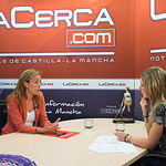 Carmen Navarro, cabeza de lista del PP al Congreso por Albacete, junto a la periodista Miriam Martínez.