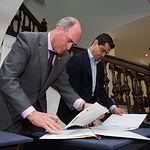 Firma del convenio de colaboración suscrito entre el Museo de la Cuchillería de Albacete y la Fundación Globalcaja
