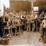 Interior de una fábrica de navajas a principios del siglo XX.