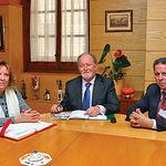 Luis Miguel Maza (c), junto a la presidenta de la Casa Regional de Getafe en una visita a Toledo.
