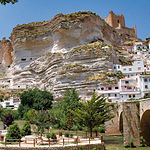 Las cuevas en Alcalá del Júcar tienen tal longitud que llegan hasta el extremo de la peña sobre la que se asienta la villa.