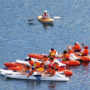 Entre las propuestas de deportes náuticos por las lagunas destaca la navegación en kayak, en la imagen.