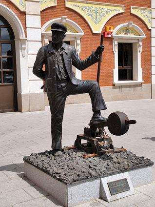Monumento al Ferroviario en la Estación de Alcázar de San Juan.