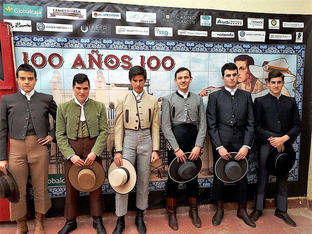 Foto de grupo de los alumnos participantes en la inauguración de la primera Clase Práctica de la Escuela Taurina de Albacete correspondiente al año 2018.