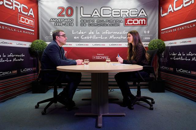 Francisco de la Rosa, secretario general de CCOO Castilla-La Mancha, junto a la periodista Carmen García. Foto: Manuel Lozano García / La Cerca
