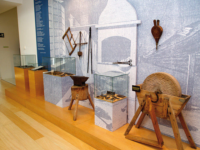Herramientas antiguas para la fabricación de cuchillos y navajas en una de las salas del Museo de la Cuchillería.