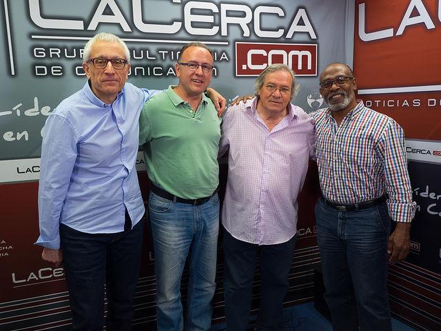 De derecha a izquerda, Terry, Manuel Gerena, Gerardo Gutiérrez y Manuel Lozano, tras la visita realizada a La Cerca para saludar al cantautor flamenco.