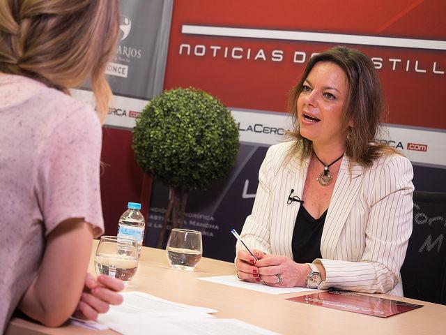 Nuria Garrido, Asesora Jurídica de la Asociación Española de Mastocitosis, junto a la periodista Miriam Martínez