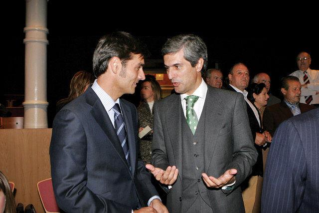 """José Pacheco """"El Califa"""" junto a Adolfo Suárez Illana, yerno del ganadero Samuel Flores, durante la entrega de premios."""