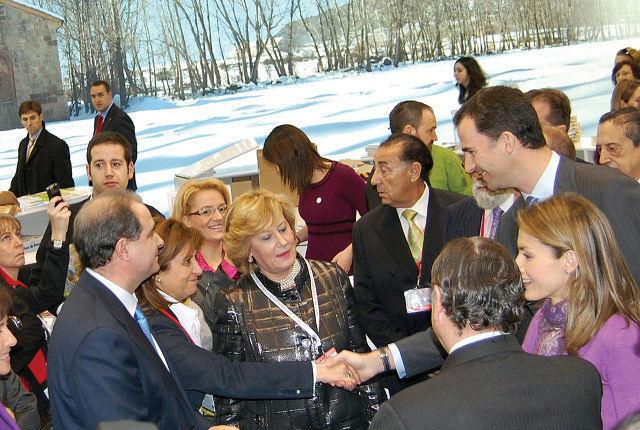 Los Príncipes de Asturias Don Felipe de Borbón y Doña Letizia Ortiz estuvieron en la inauguración de FITUR y recorrieron los stands de Castilla-La Mancha. En la imagen, junto a la consejera de Cultura y el presidente de las Cortes regionales.