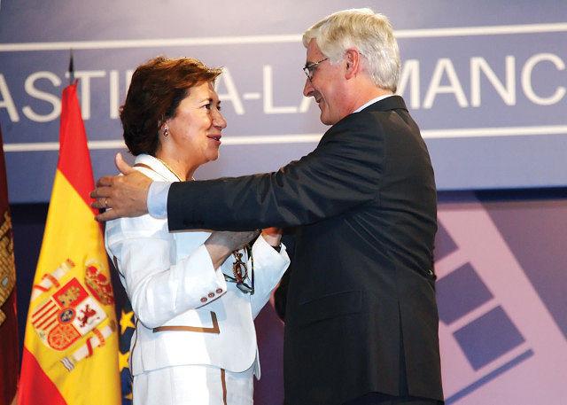 Manuela Cabero, presidenta de la Cruz Roja regional, recibiendo la Medalla de Oro de Castilla-La Mancha de manos del Presidente José María Barreda.