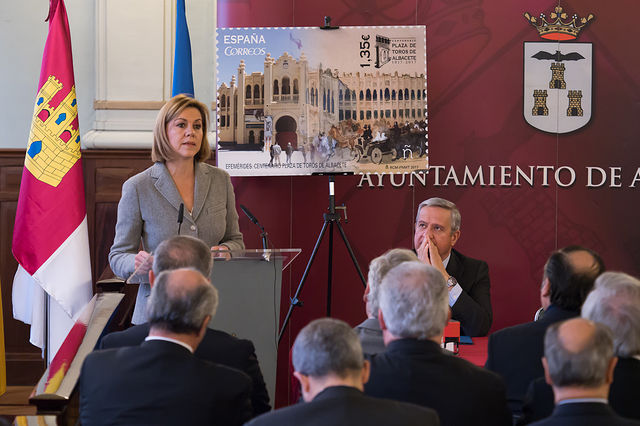 María Dolores Cospedal, ministra de Defensa, en la Presentación de la nueva emisión  del sello de Correos de la de la serie \'Efemérides\' que conmemora el centenario de la Plaza de Toros de Albacete