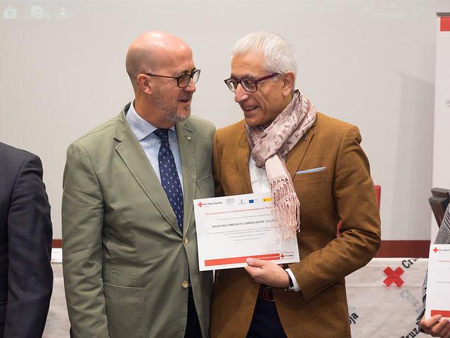 Manuel Lozano, director del Grupo Multimedia de Comunicación La Cerca, recibe de manos de Francisco Pérez, presidente de la Asamblea Local de Cruz Roja Albacete, un diploma en el III Encuentro Empresarial de Cruz Roja Albacete