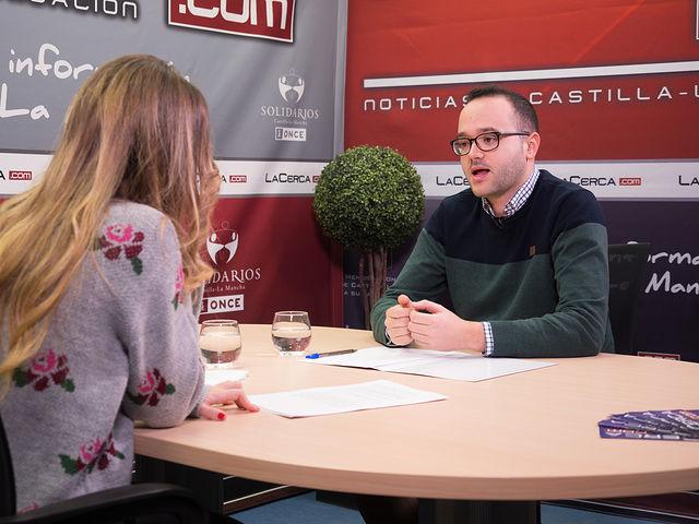 Francisco Valera, secretario de Organización del PSOE Provincial de Albacete, junto a la periodista Miriam Martínez