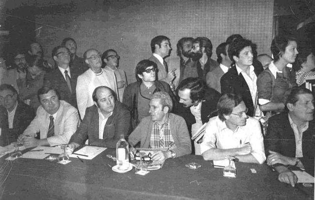 """""""Cumbre"""" de la oposición democrática en el hotel Eurobuilding de Madrid. Sentados, Marcelino Camacho y Nicolás Sartorius. Detrás Xavier Vinader, Pedro J. Ramírez y, al fondo a la izquierda, con bigote, J. Manuel Zorrilla (4 septiembre 1976)"""