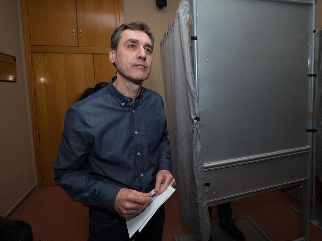 El candidato a la secretaría general de la Agrupación Local del PSOE de Albacete, Francho Tierraseca, durante la votación.