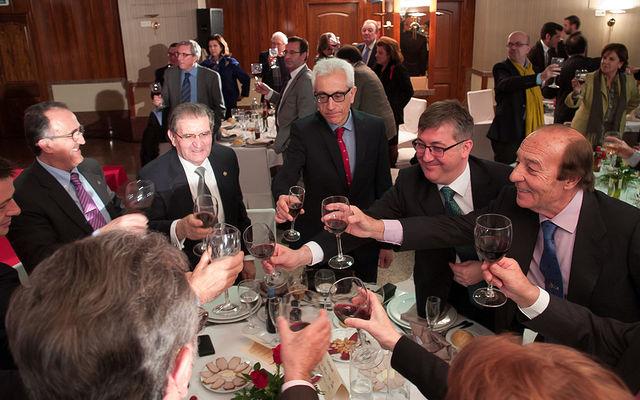Los asistentes a la Gala de los VIII Premios Taurinos Samueles hicieron un brindis al final de la misma en favor de la Fiesta Nacional.
