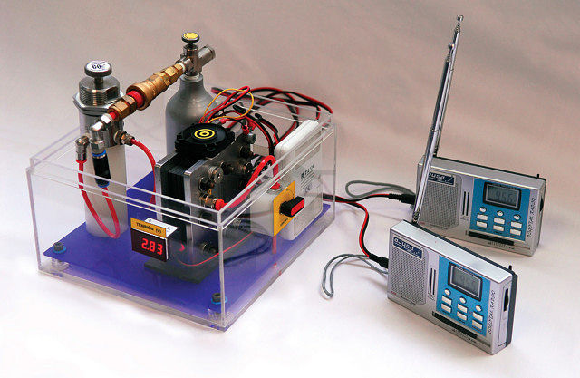 Las pilas de combustible pueden ser utilizadas en multitud de pequeños aparatos portátiles. En la fotografía, una pila de combustible de 15 W de potencia, desarrollada por la empresa albaceteña AJUSA, alimenta unos aparatos de radio.