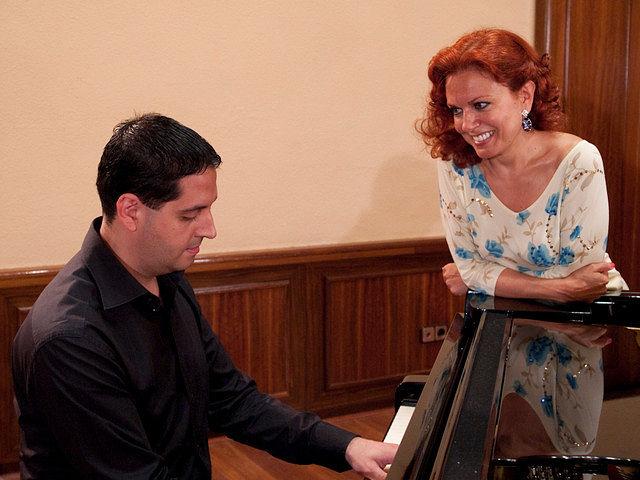 Ana Luisa Espinosa, soprano albaceteña, junto al también albaceteño, Pedro Alonso Martínez, pinista, durante una actuación.