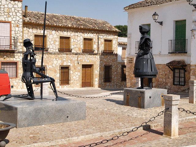 En la Plaza de la Iglesia, el monumento a Don Quijote y Dulcinea nos recuerda que estamos en El Toboso.