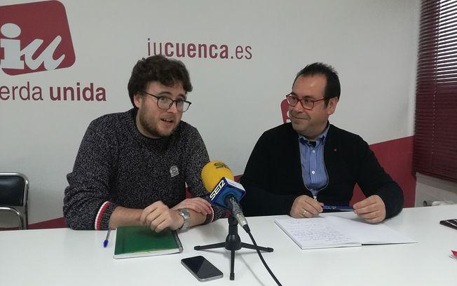 El Portavoz de IU Cuenca, Pablo García, junto al Coordinador Regional de Izquierda Unida en Castilla-La Mancha, Juan Ramón Crespo.