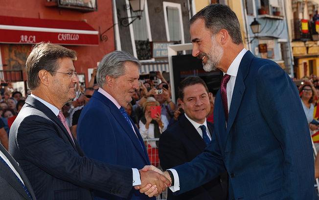 Su Majestad el Rey saluda al ministro de Justicia, Rafael Catalá a su llegada a la Catedral de Cuenca