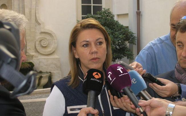 Cospedal atiende a los periodistas en la Embajada de España. Foto: JCCM.