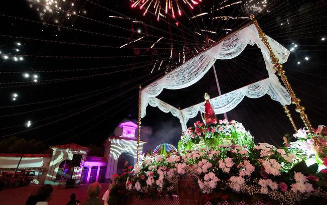 Cabalgata Feria de Albacete 2014. Imagen de La Virgen de Los LLanos, con la Puerta de Hierros al fondo, y fuegos artificiales con motivo de la apertura de dicha Puerta. Foto: La Cerca.