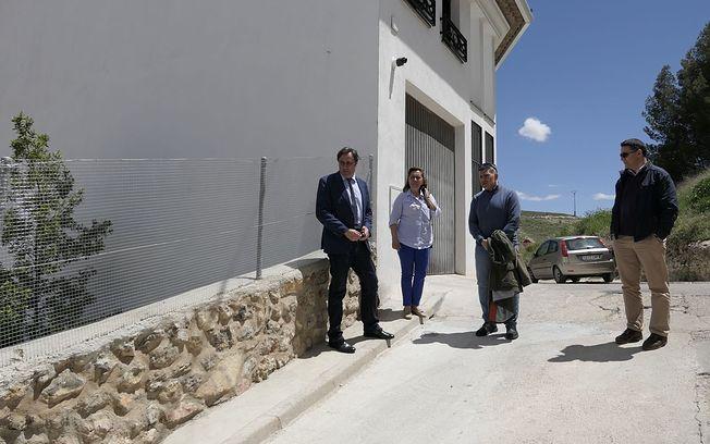 Ángel Mariscal visita dos muros reparados por el Ayuntamiento en el barrio de Tiradores.