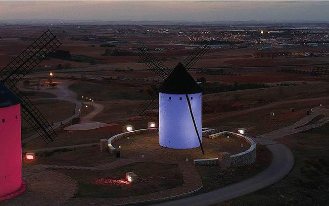 Los Molinos de Alcázar de San Juan se iluminarán en rojo con motivo del Día Mundial de donante de Sangre.