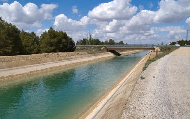 El trasvase Tajo-Segura a su paso por las inmediaciones de Albacete capital.